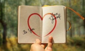 Eigenliebe und Selbstvertrauen ist der Schlüssel für ein glückliches und erfülltes Leben. Selbstliebe zu finden und zu halten kann vielleicht ein längerer Weg sein. Sie können ganz einfach und leicht Eigenliebe lernen und trainieren.
