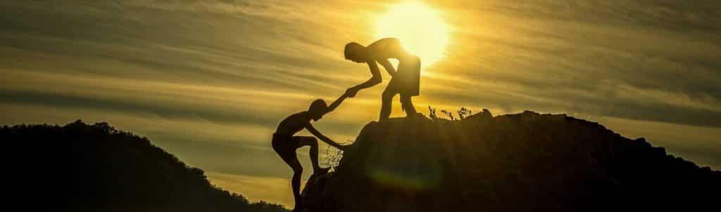 Einer der Faktoren für ein erfolgreiches Lebens ist anderen Menschen zu helfen und zu unterstützen. Wenn Sie etwas geben oder für andere tun, dann spüren Sie eine tiefe innere Zufriedenheit. Sie fühlen sich verbunden, erfahren Dankbarkeit und Anerkennung und Ihr Selbstwertgefühl wird gestärkt.
